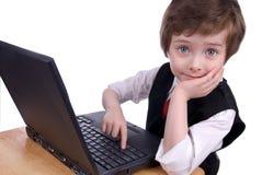 pojkedatorbärbar dator arkivbilder