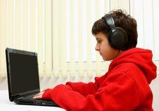 pojkedatorbärbar dator Royaltyfria Foton