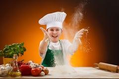 pojkedeg som gör pizza Arkivbild