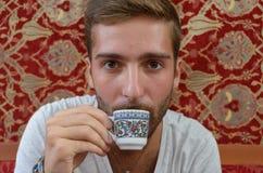 Pojkedrinkkaffe i en Istanbul coffee shop Arkivbilder