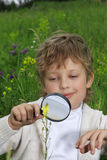 pojkeexponeringsglasförstoring Royaltyfri Bild