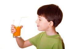 pojkeexponeringsglasfruktsaft Arkivfoto
