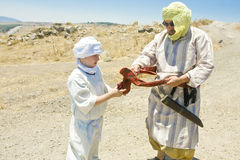 pojkefader som hjälper hans saracen Royaltyfri Foto