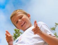 pojkefingrar lycklig pekande w Arkivfoto