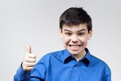 pojkefingret visar leenden Arkivbild