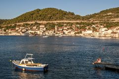 Pojkefiske, krafthamn, Dalmatia, Kroatien royaltyfri foto