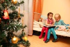 pojkeflickaavläsning tillsammans fotografering för bildbyråer