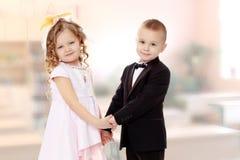 pojkeflickan hands holdingen Royaltyfri Bild