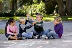 pojkeflickor som leker att hålla ögonen på Arkivbild
