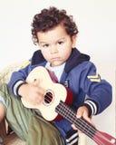 pojkegitarr little som leker Fotografering för Bildbyråer