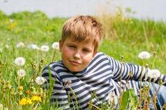 pojkegräs ligger nära floden Royaltyfria Foton