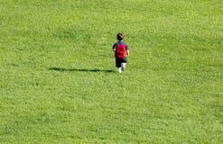 pojkegräsrunning Royaltyfri Fotografi