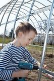 pojkehand hans hållskruvmejsel Fotografering för Bildbyråer