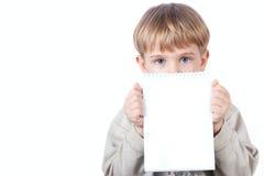 pojkeholdingen isolerade anteckningsboken Fotografering för Bildbyråer