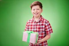 Pojkeholdingpresent Arkivfoton