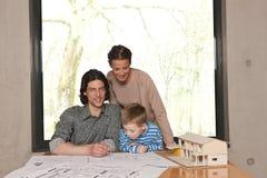 pojkehus som ser model till Arkivbild