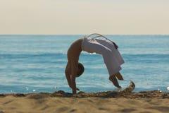 Pojkeidrottsman nen på stranden royaltyfria bilder