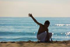 Pojkeidrottsman nen på stranden Arkivfoto