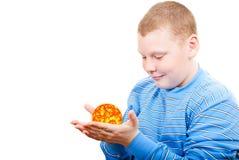 Pojkeinnehav en sun i form av en stjärna Fotografering för Bildbyråer