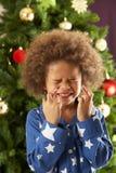 pojkejul som korsar den främre treen för fingrar Royaltyfria Bilder