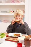 pojkekök som gör smörgåsen Royaltyfri Bild