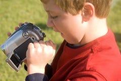 pojkekamera som granskar videoen Royaltyfria Bilder