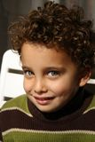 pojkekamera som ler till barn Arkivbild
