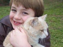 pojkekatt som kramar husdjuret Royaltyfria Bilder