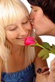 pojkekindflickvänner hans kyssa som är tonårs- Royaltyfri Foto