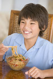 pojkekines som äter middag äta matlokalbarn royaltyfria foton