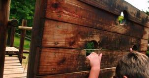 Pojkeklättringen på en lekplatsritt parkerar in arkivfilmer