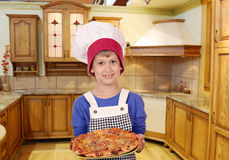 Pojkekock med pizza Arkivbilder