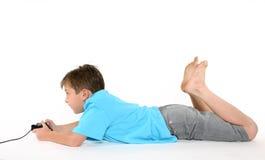 pojkekonsollekar som leker genom att använda Arkivbild