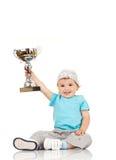 pojkekopp som rymmer lilla vinnarear royaltyfria foton