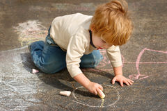pojkekritateckning utanför Royaltyfri Foto