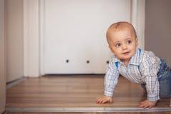 pojkekrypning little Fotografering för Bildbyråer
