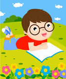 Pojkeläsning bokar Arkivfoto