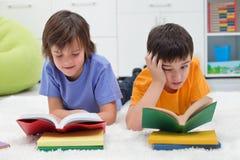 Pojkeläsning bokar Fotografering för Bildbyråer