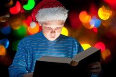 Pojkeläsning en bibeln Royaltyfri Bild