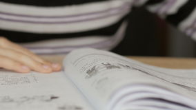 Pojkeläsning en boka arkivfilmer