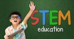 Pojkelönelyft hans hand upp för STAMutbildning arkivfoton
