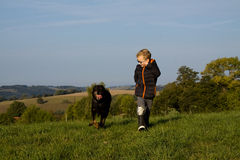 Pojkelek med hunden Arkivfoton