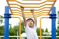 Pojkelek med stången Fotografering för Bildbyråer