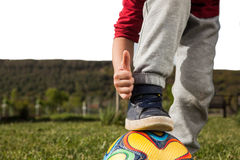 Pojkelekar med klumpa ihop sig Fotografering för Bildbyråer