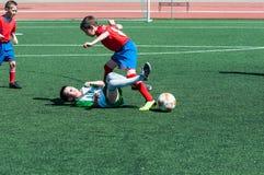Pojkelekfotbollen Royaltyfri Bild