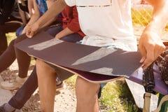 Pojkelim griptapen på en skateboard Fotografering för Bildbyråer