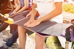 Pojkelim griptapen på en skateboard Arkivfoton