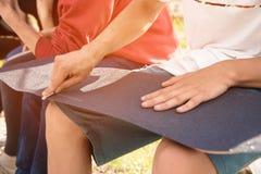 Pojkelim griptapen på en skateboard Royaltyfri Foto