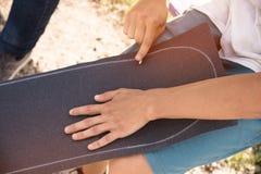Pojkelim griptapen på en skateboard Royaltyfri Bild