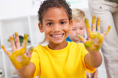 pojkemålarfärg Arkivfoto